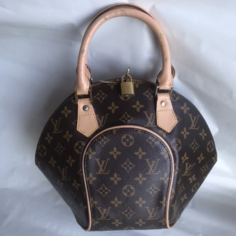 c060c08f1 Lv purse W/ lock ! Notice some signs of wear on the handle - Depop
