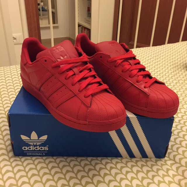 adidas superstar rosse indossate
