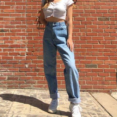 a32e24fa 90s vintage high waisted Lee light wash jeans in good some a - Depop