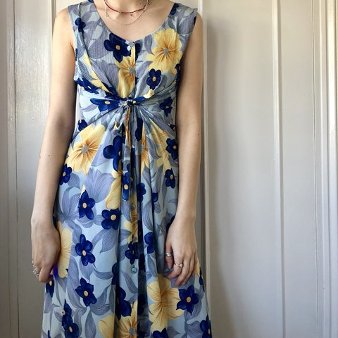 86759760ad139 Beautiful 90s floral midi dress that buttons down and has a - Depop