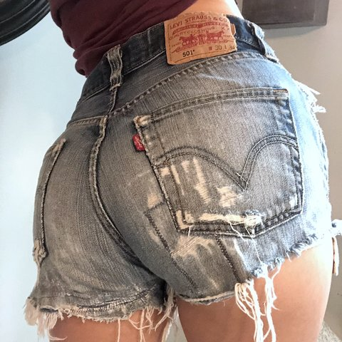 cedb4036 Don't miss out on these ADORABLE mid rise vintage Levi So so - Depop