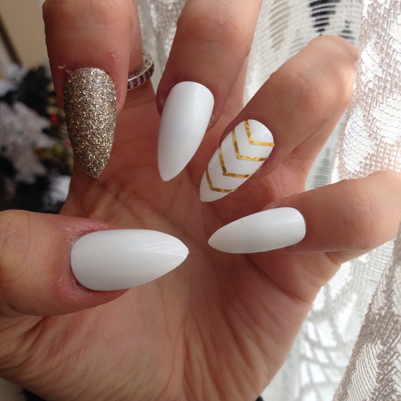 Gorgeous white stiletto nails with gold the perfect - Nageldesign beige gold ...