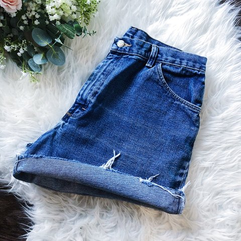 28b4d1ef @indiiiiana. 16 days ago. Indianapolis, United States. wrangler vintage  high waisted denim shorts waist 31""