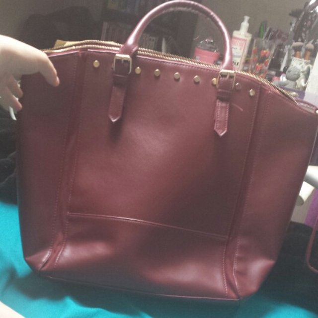 Burgundy bucket bag Loads of space for ideal for collegw / school Has a over the shoulder handle as well as two smaller ones Orginally from matalan P&P is included in the price! ��